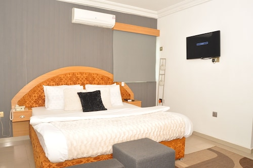 Ne-Yo Hotel and Suites, Oshimili North