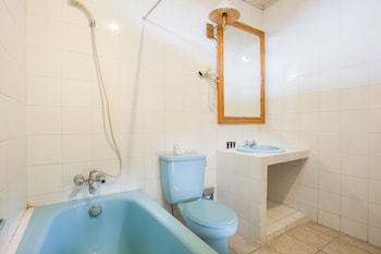 RedDoorz near Seminyak Beach - Bathroom  - #0