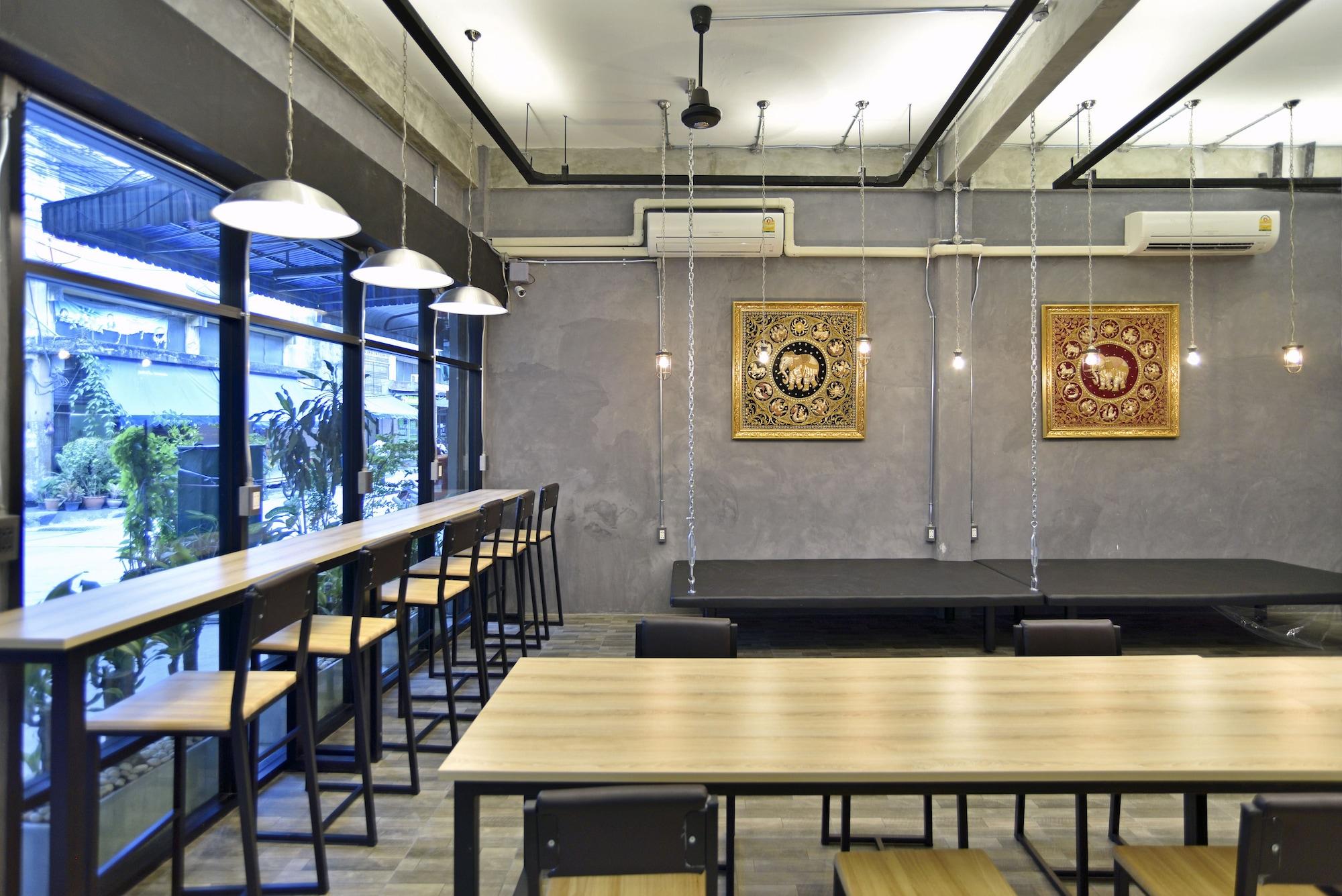 M Gray Hostel & Cafe, Khlong San