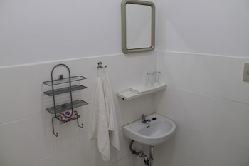 ROGER'S PLACE GAY GUESTHOUSE - CATERS TO GAY MEN Bathroom