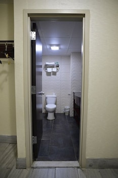 Travelodge South Hackensack - Bathroom  - #0