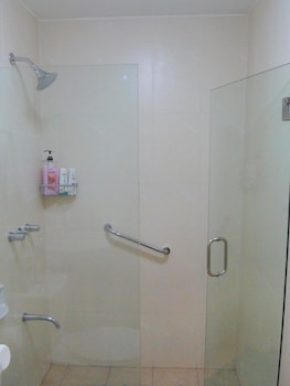 AVANT APARTMENTS AT THE FORT Bathroom Shower