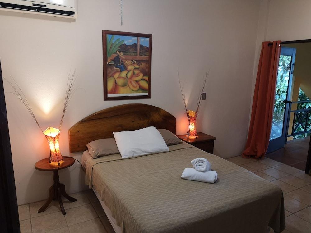 https://i.travelapi.com/hotels/16000000/15210000/15203500/15203473/cfb975c5_z.jpg