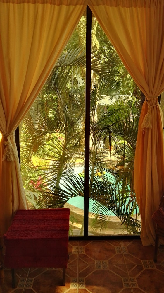 https://i.travelapi.com/hotels/16000000/15210000/15203500/15203473/d5a0d5ab_z.jpg