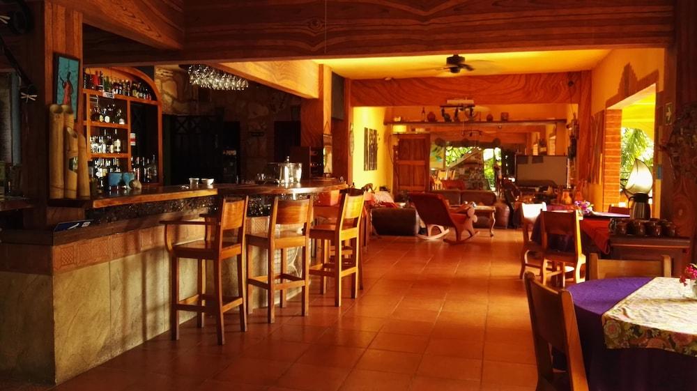 https://i.travelapi.com/hotels/16000000/15210000/15203500/15203473/f586a4a8_z.jpg