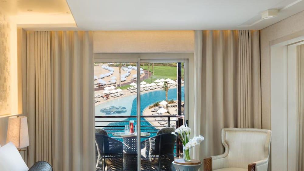 https://i.travelapi.com/hotels/16000000/15270000/15267600/15267600/28fda5ee_z.jpg