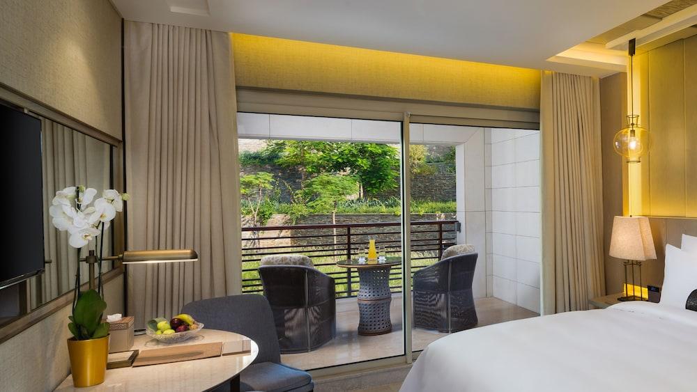 https://i.travelapi.com/hotels/16000000/15270000/15267600/15267600/e8963aed_z.jpg