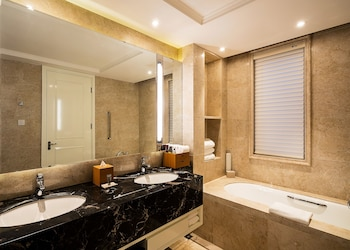 Zhejiang Taizhou Marriott Hotel - Bathroom  - #0