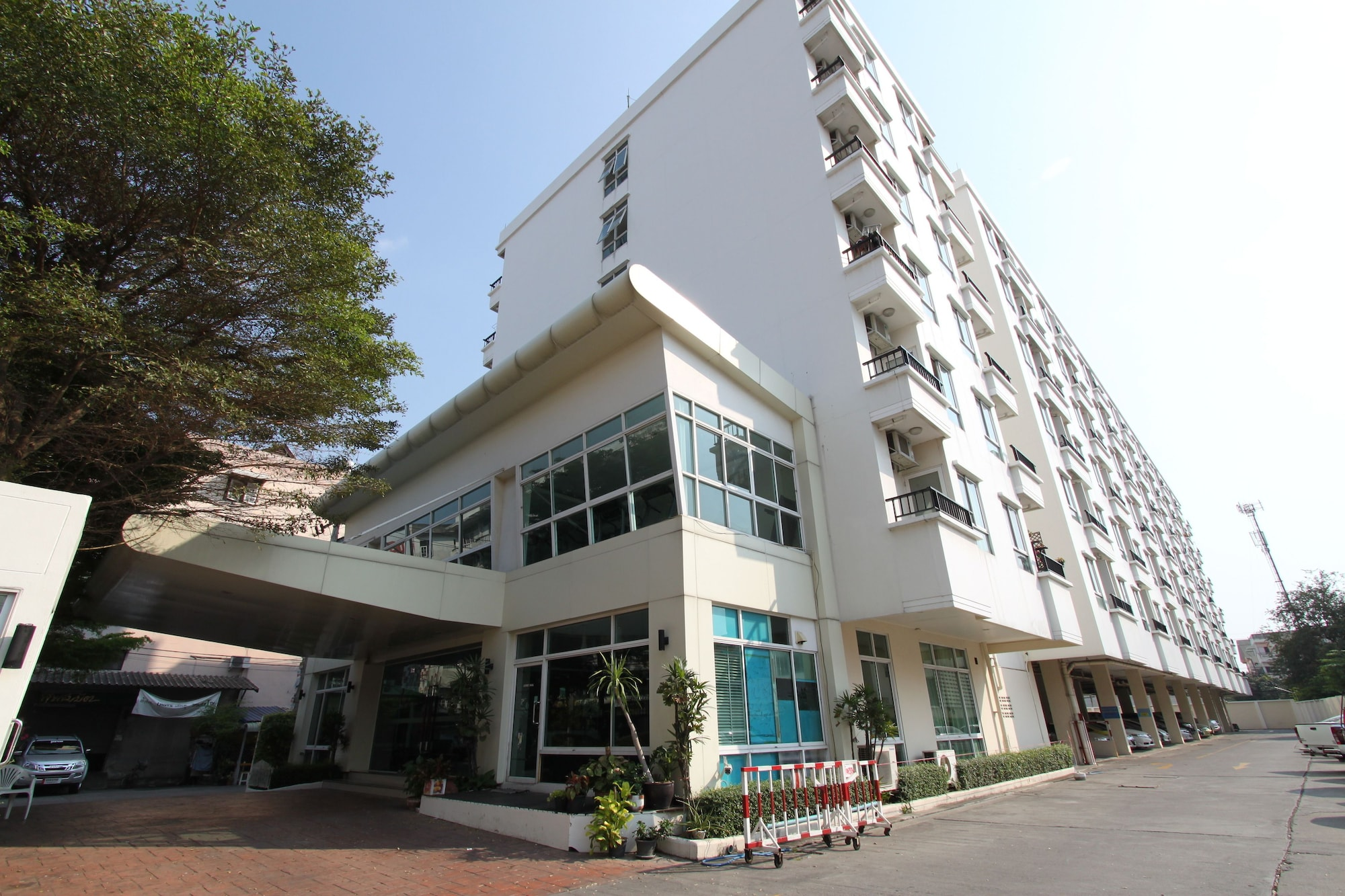 The Royal Bee Apart Hotel, Bang Khen
