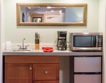 Deluxe Suite, 4 Bedrooms, Kitchenette, Partial Sea View
