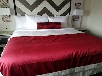 Guestroom at The Vue Hotel, Ascend Hotel Collection in Long Island City