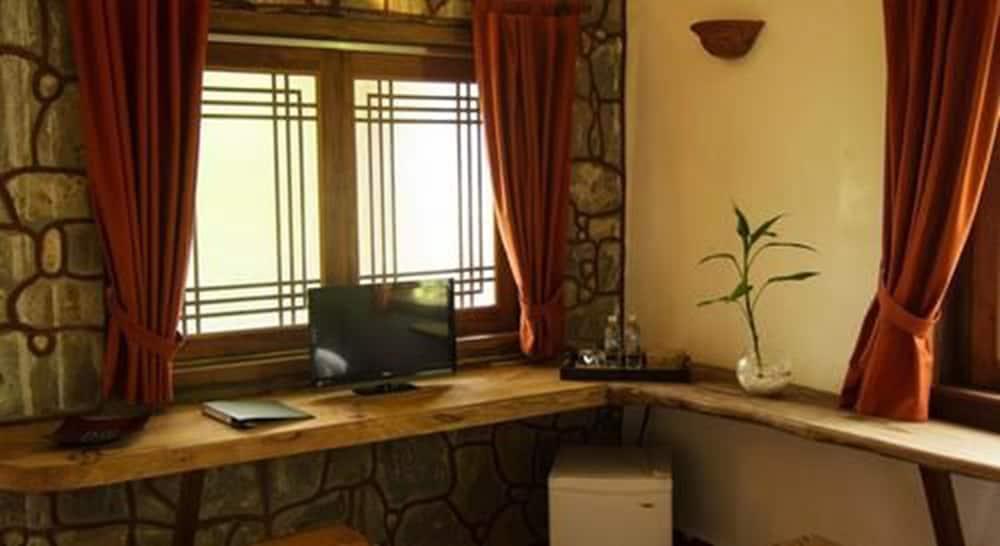 https://i.travelapi.com/hotels/16000000/15530000/15526700/15526687/256e86db_z.jpg