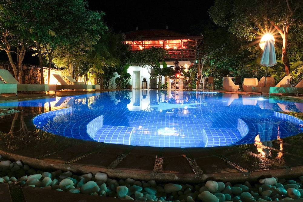 https://i.travelapi.com/hotels/16000000/15530000/15526700/15526687/6a1f9ad1_z.jpg