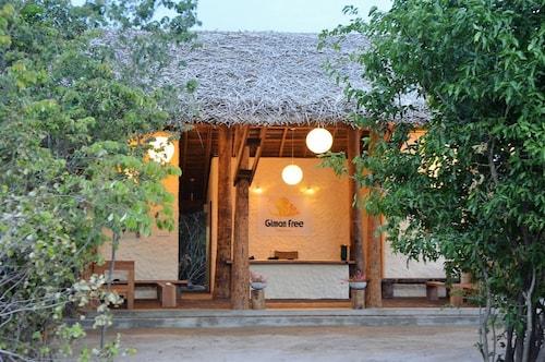 Giman Free Beach Resort, Koralai Pattu North