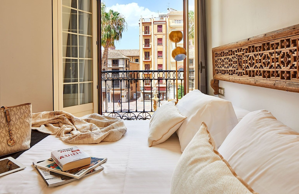 https://i.travelapi.com/hotels/16000000/15550000/15542000/15541902/1e67bc59_z.jpg
