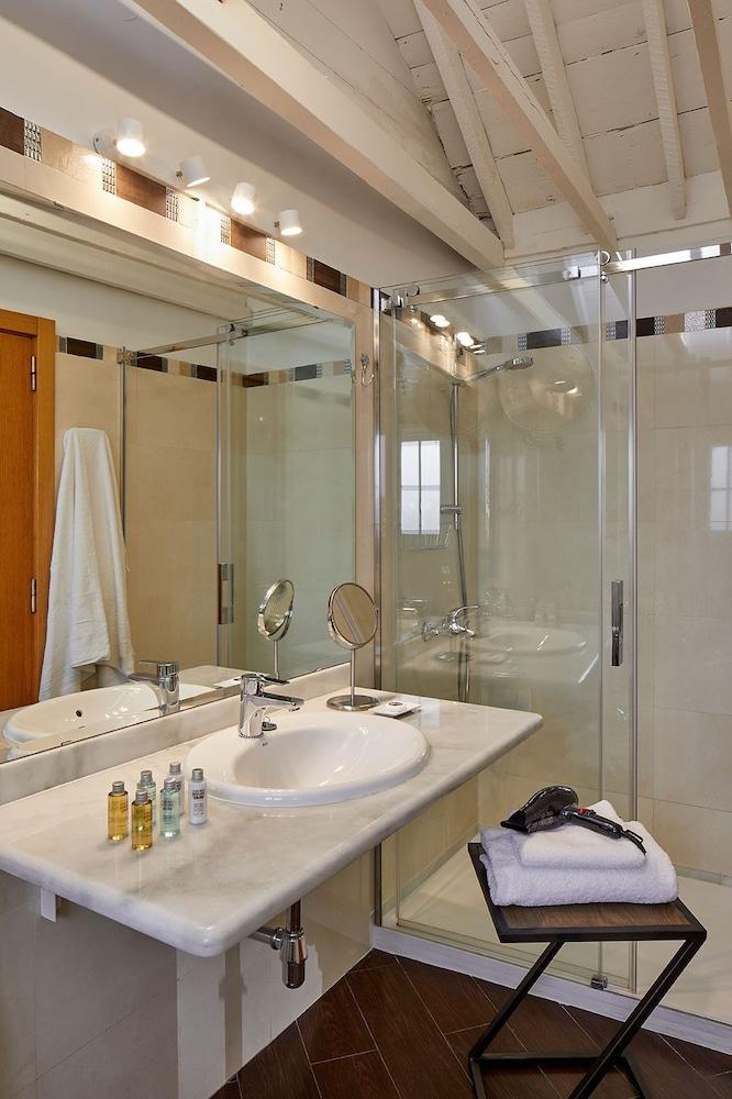 https://i.travelapi.com/hotels/16000000/15550000/15542000/15541902/2c0dd86c_z.jpg