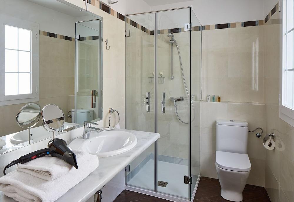 https://i.travelapi.com/hotels/16000000/15550000/15542000/15541902/66989c86_z.jpg
