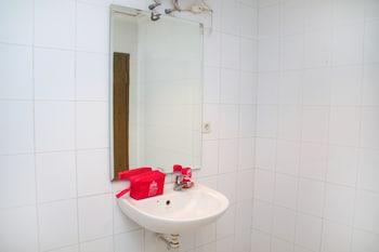 ZEN Rooms Raya Juanda - Bathroom  - #0