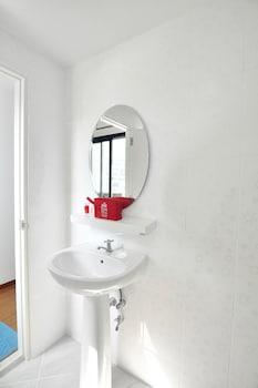 ZEN Rooms Suthisan - Bathroom  - #0