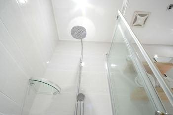 ZEN PREMIUM DELA CHAMBRE HOTEL MANILA Bathroom Shower