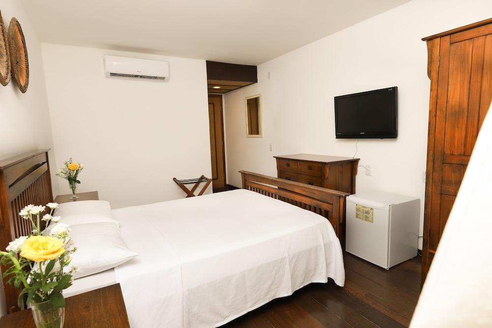 https://i.travelapi.com/hotels/16000000/15590000/15583900/15583827/04a223dc_z.jpg