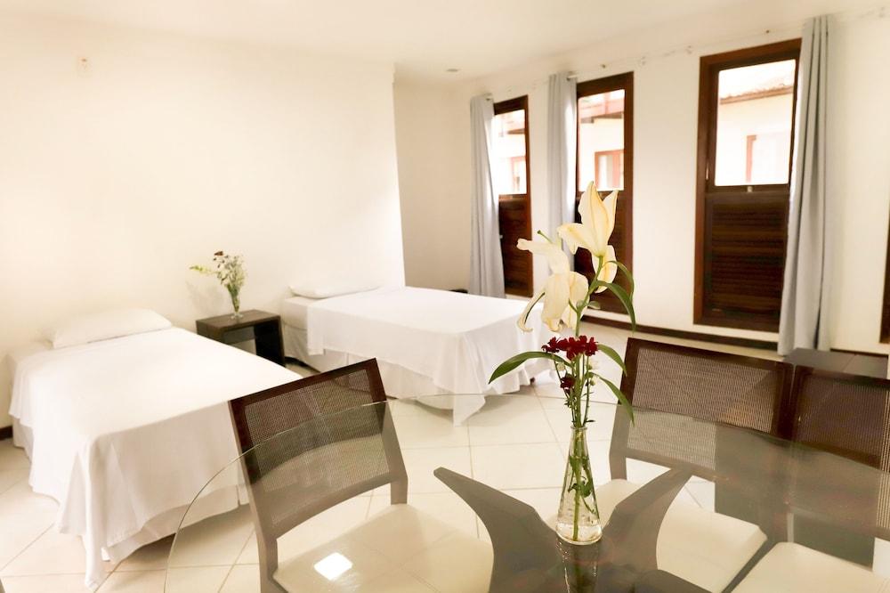 https://i.travelapi.com/hotels/16000000/15590000/15583900/15583827/cf7f9bf2_z.jpg