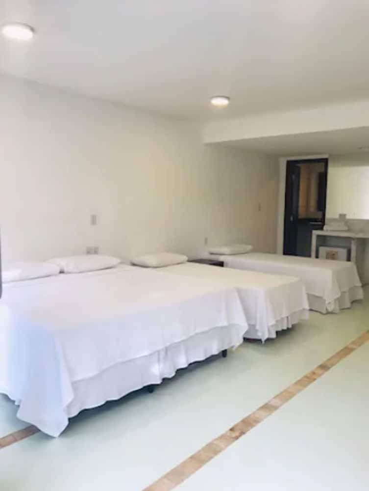 https://i.travelapi.com/hotels/16000000/15590000/15583900/15583827/e8745c51_z.jpg