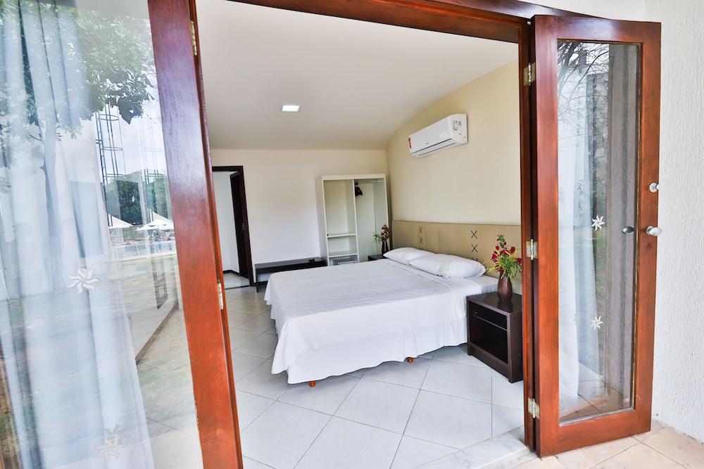 https://i.travelapi.com/hotels/16000000/15590000/15583900/15583827/ea89af43_z.jpg