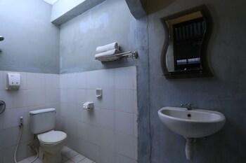 RedDoorz @ Dewi Sita Seminyak - Bathroom  - #0