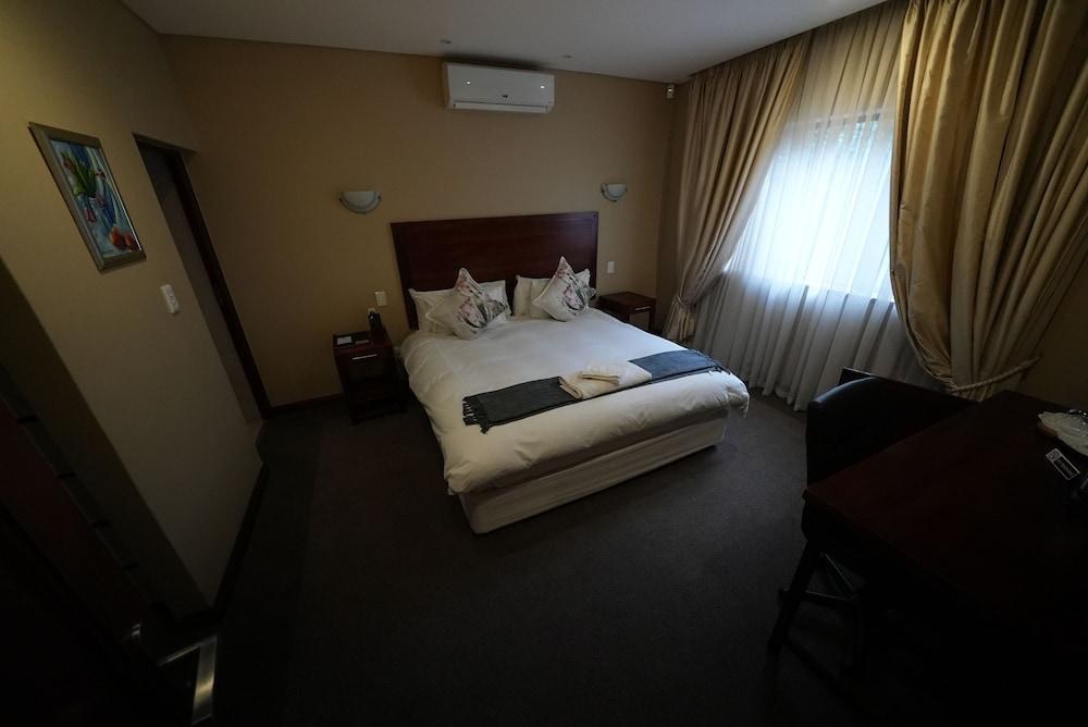 https://i.travelapi.com/hotels/16000000/15600000/15600000/15599942/d96d03c1_z.jpg