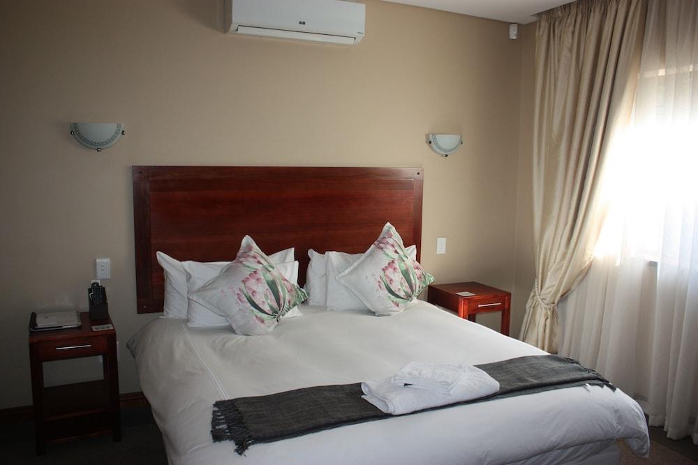https://i.travelapi.com/hotels/16000000/15600000/15600000/15599942/f6ac7cc4_z.jpg