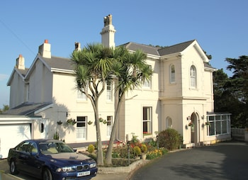 Muntham Holiday Apartments & Town House