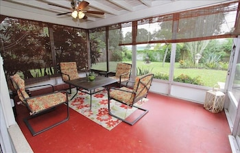 Relax in Retro 2 Br home by RedAwning