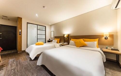 Soma Hotel, Nam