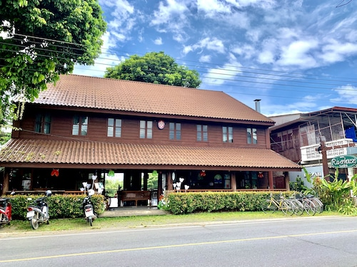 . Riverhouse Hotel (The Teak House)