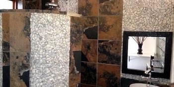 44 On Ennis Guest Lodge and Restaurant - Bathroom  - #0