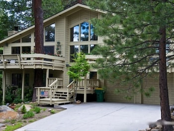 Cozy Tahoe Mountain Retreat 4 Br home by RedAwning