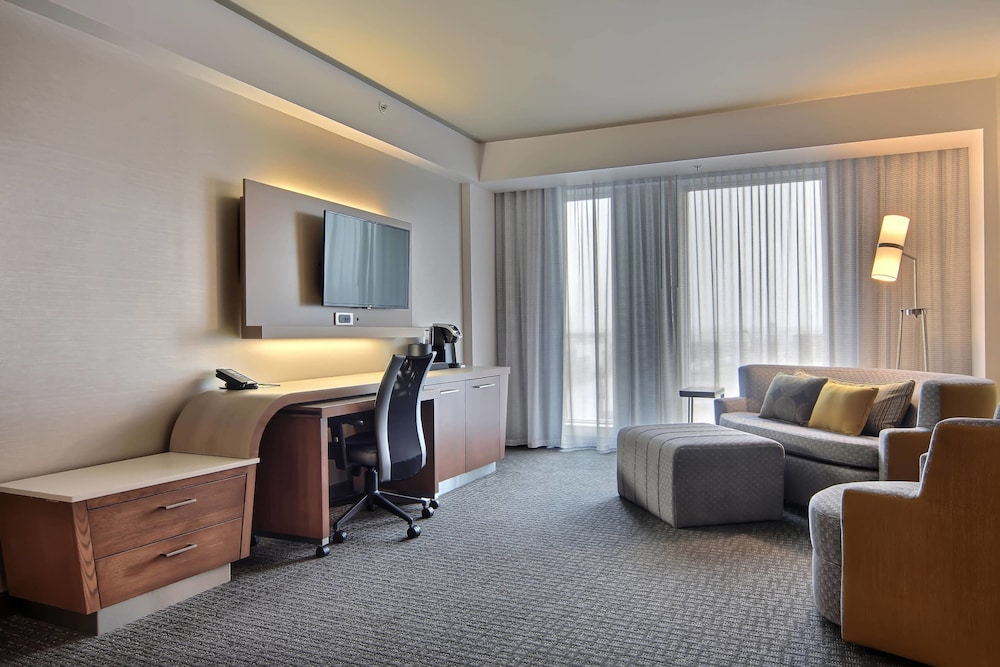 https://i.travelapi.com/hotels/16000000/15800000/15799500/15799446/fa217bb6_z.jpg