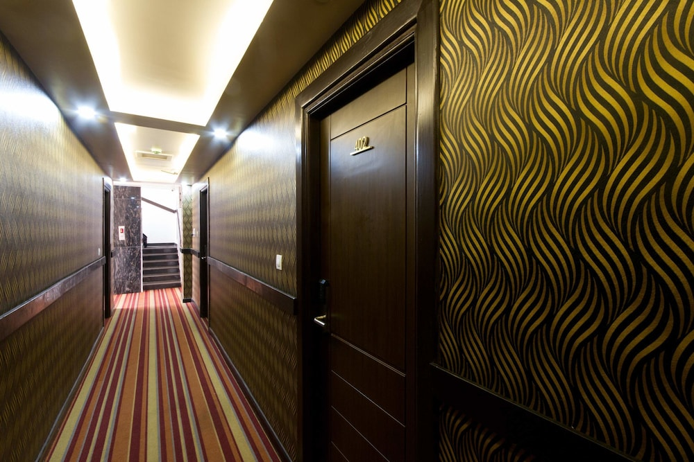 Hotel : Interior Entrance 1 of 48