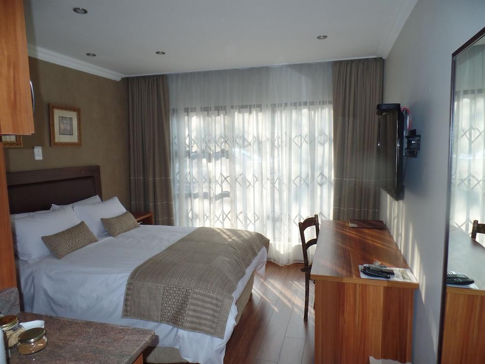 https://i.travelapi.com/hotels/16000000/15860000/15857900/15857801/3f92d76d_z.jpg