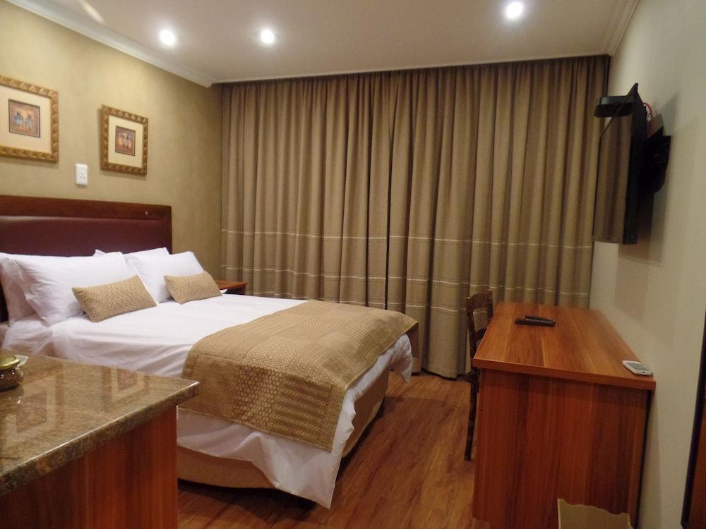 https://i.travelapi.com/hotels/16000000/15860000/15857900/15857801/43e73105_z.jpg