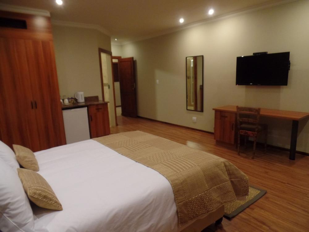 https://i.travelapi.com/hotels/16000000/15860000/15857900/15857801/7c2ac3d7_z.jpg