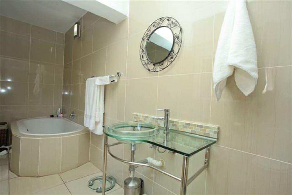 https://i.travelapi.com/hotels/16000000/15870000/15864700/15864631/4468b4bd_z.jpg