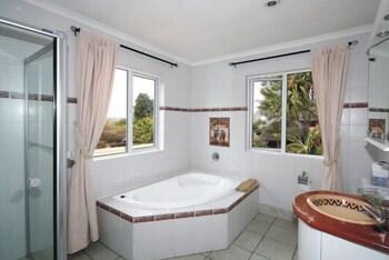 https://i.travelapi.com/hotels/16000000/15870000/15864700/15864631/8d6c5f12_b.jpg