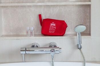 ZEN Rooms Ekkamai 10 Suites - Bathroom Shower  - #0