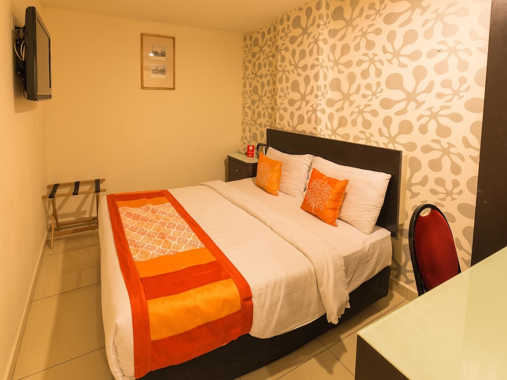 OYO 175 Lotus Hotel