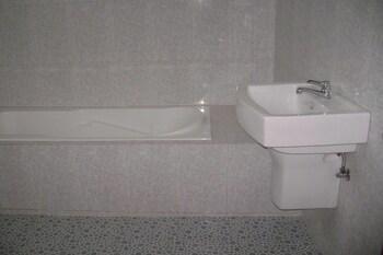 Famous Hotel Naypyitaw - Bathroom  - #0