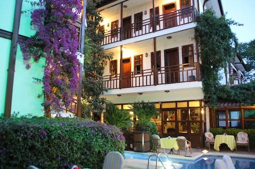 Hotel Karyatit Kaleiçi, Merkez