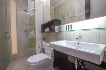 RedDoorz Plus near Pondok Indah Mall - Bathroom  - #0
