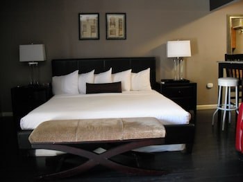 Deluxe Room, 1 King Bed, Kitchen, Pool View